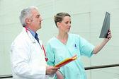 Läkare och sjuksköterska med bild — Stockfoto