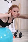 Jonge vrouw doen stabiliteit bal abs oefeningen — Stockfoto