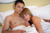 Paar tot in bed samen — Stockfoto
