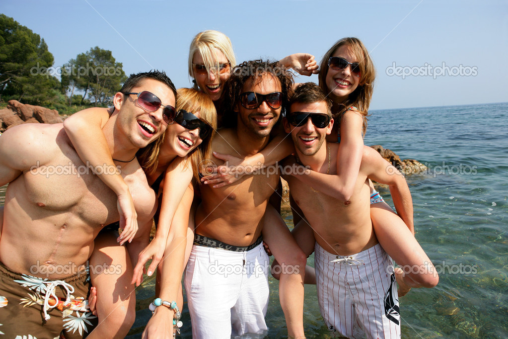 Group of young friends having fun at the seaside — Stock Photo #9212906