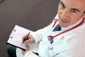 Vysoký úhel záběru doktor dívá se nahoru — Stock fotografie