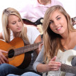 Teenagers playing the guitar — Stock Photo