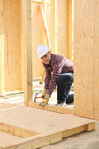 Builder constructing a house — Stock Photo
