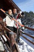 Pareja fuera un albergue de esquí — Foto de Stock