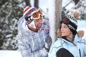Para młodych narciarzy — Zdjęcie stockowe
