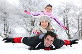 Família brincando na neve — Foto Stock