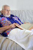 Viejo durmiendo una siesta en el sofá — Foto de Stock
