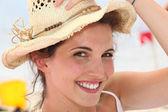 счастливый брюнетка носить соломенная шляпа — Стоковое фото