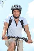 Jóvenes en moto con casco — Foto de Stock