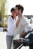 Пара обниматься на мотоцикле — Стоковое фото