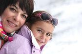 Madre e figlia giocare nella neve — Foto Stock