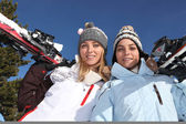 Twee meisjes met ski 's — Stockfoto