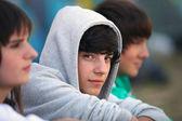 Tre adolescenti seduti insieme — Foto Stock