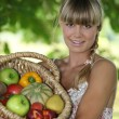 kadın ile meyve sepeti — Stok fotoğraf