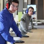 twee mannen aan het werk van een industriële zag — Stockfoto