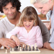 Father and daughter playing chess — 图库照片