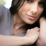 Smyslná žena na pohovce — Stock fotografie