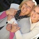 祖母と孫娘を抱いて — ストック写真