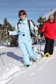 Pareja de mediana edad esquí para permanecer ajuste — Foto de Stock