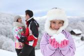 Küçük kızın ailesi ile karda oynarken — Stok fotoğraf