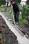 Man arbetar i trädgården — Stockfoto