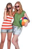 şişme tutan iki çekici kızlar plaj topu — Stok fotoğraf