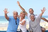 Groep van senior op het strand — Stockfoto