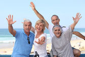Gruppe von senior am strand — Stockfoto