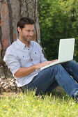 Hombre conectado a internet — Foto de Stock