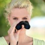 自然観察の双眼鏡を持つ女性 — ストック写真