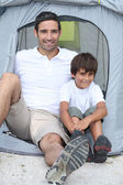 Father and son in front of tent — Foto Stock