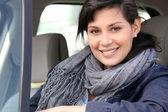 Mulher no carro com a janela aberta — Foto Stock