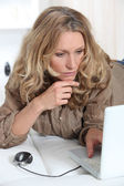 Woman concentrated on the computer — Stock Photo
