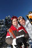 Porträtt av två män på ski resort — Stockfoto
