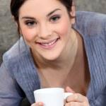 vrouw drinken een kopje thee — Stockfoto