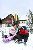 Family of skiers sat by chalet — Fotografia Stock