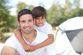 Far och son camping — Stockfoto