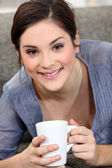 Woman drinking a cup of tea — Stockfoto