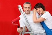Couple en peignant un mur rouge — Photo