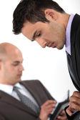 Dois empresários verificando suas programações — Foto Stock