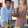 Foto Stock: Couple at market stall