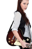 Ritratto di seducente bruna con chitarra elettrica — Foto Stock