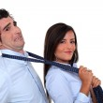 žena popadat muž kravatu — Stock fotografie