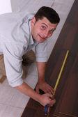 Hombre usando una cinta métrica — Foto de Stock