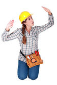 Tradeswoman patting invisible walls — Stock Photo