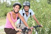 Par njuter cykeltur — Stockfoto
