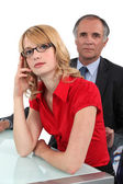 Empresário sentou-se com a jovem estagiária — Fotografia Stock