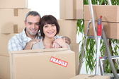 Couple stood by packed boxes — Stock Photo