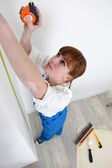 Woman using a measuring tape — Stock Photo