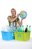 Ritratto di donna con bottiglie di plastica — Foto Stock